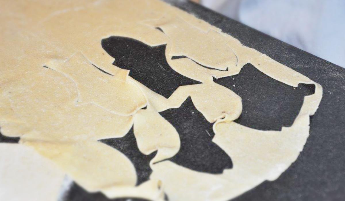Teig wird direkt auf der Küchenarbeitsplatte aus Naturstein verarbeitet
