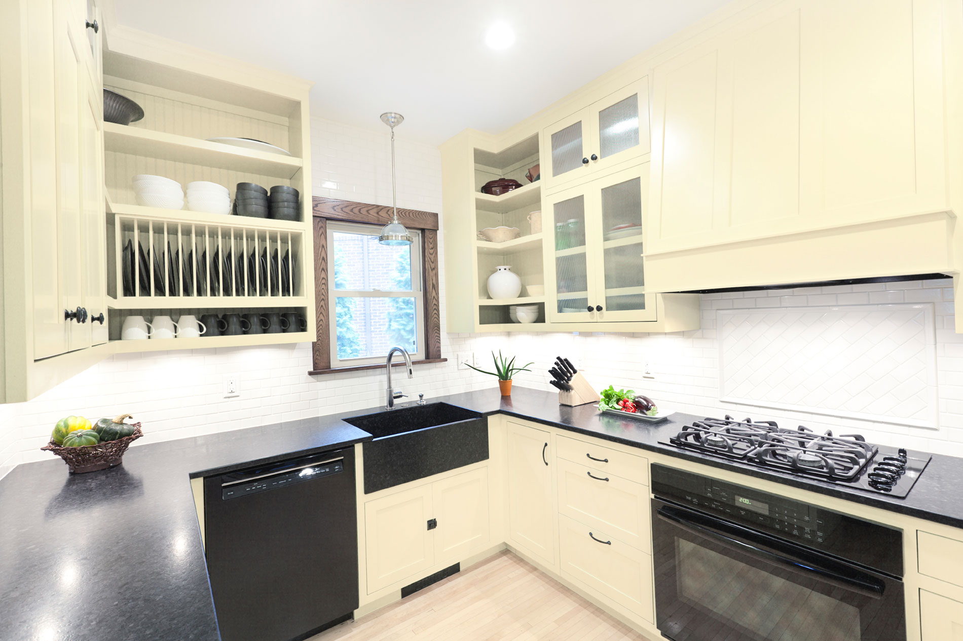 Hohe Küchenschränke schaffen Stauraum