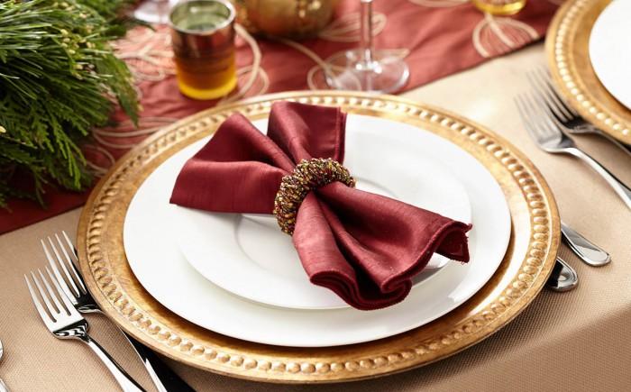 Servietten auf schön gedecktem Tisch