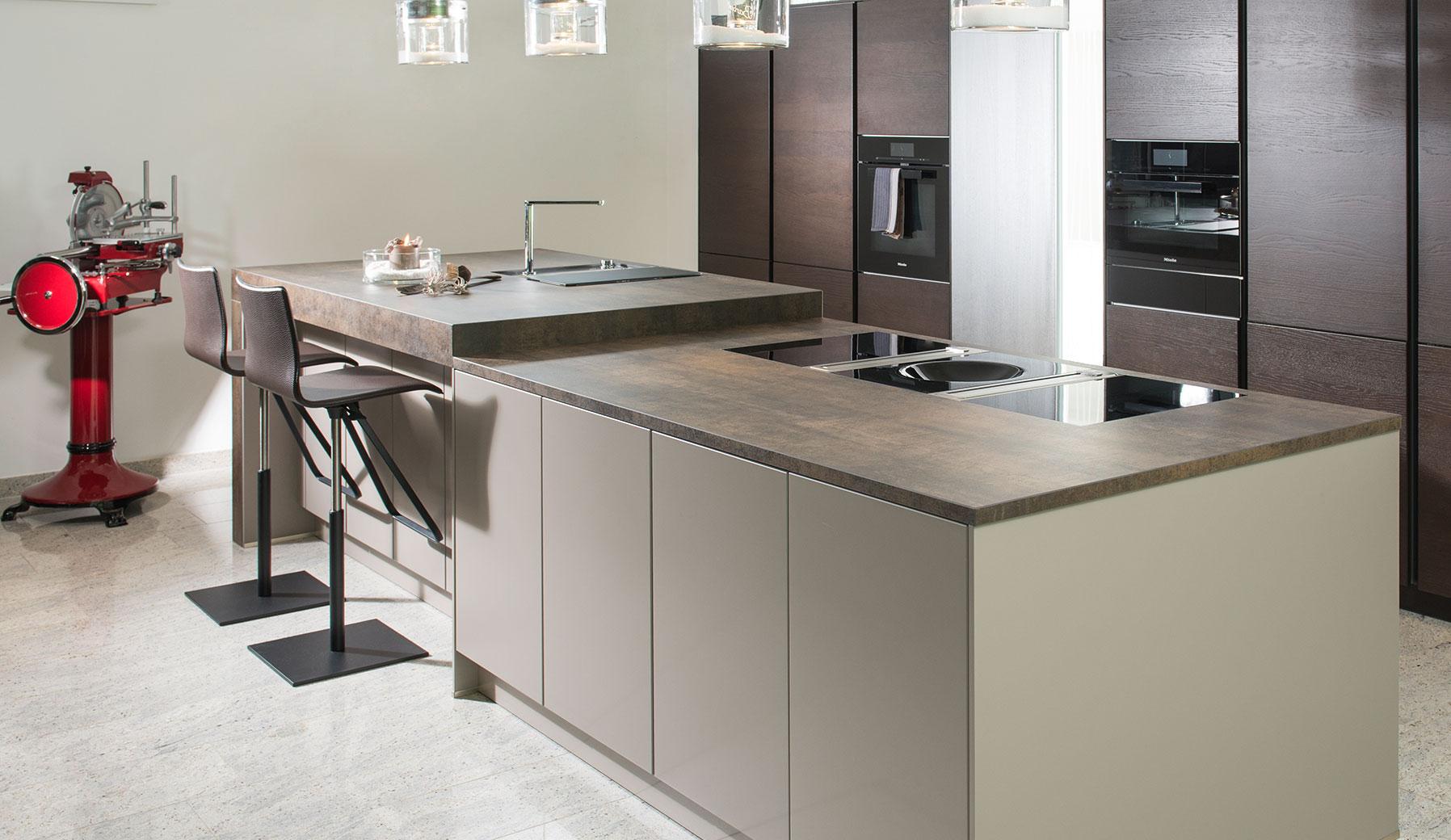 Küchenmöbel in Naturtönen und Taupe   Strasser-Steine