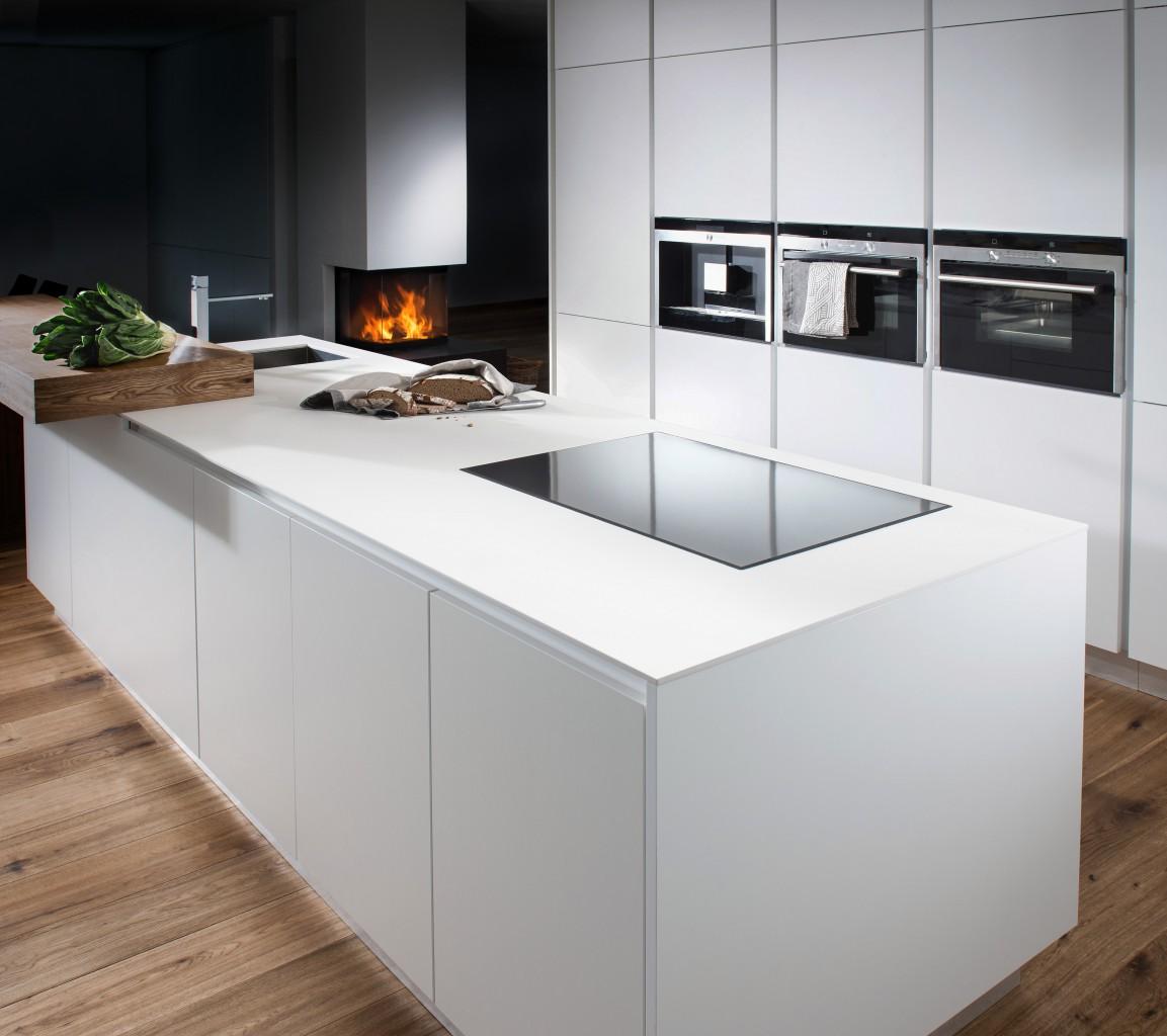 Küche mit weißen Fronten und weißer Keramik-Arbeitsplatte
