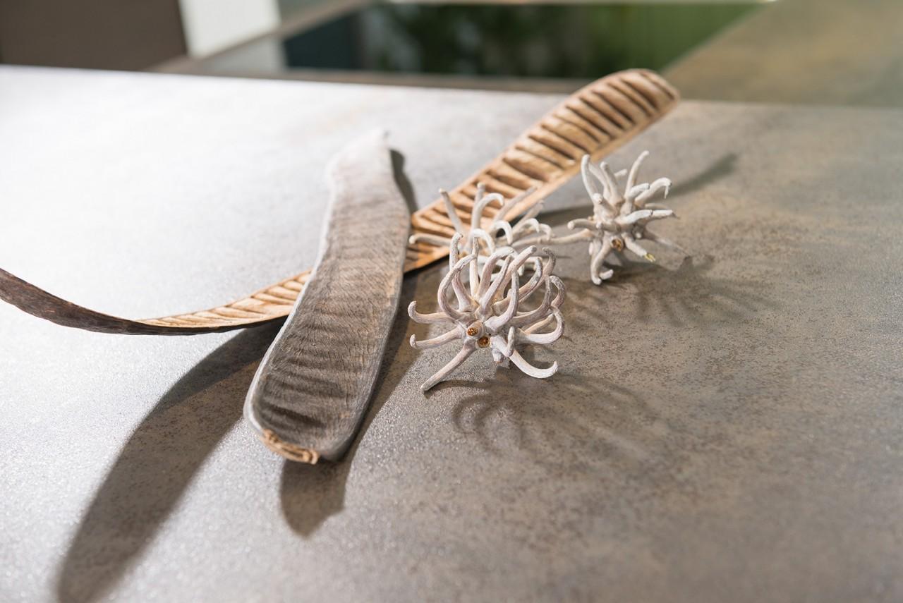 Natürliche Dekoration auf einer Küchenarbeitsplatte aus Naturstein
