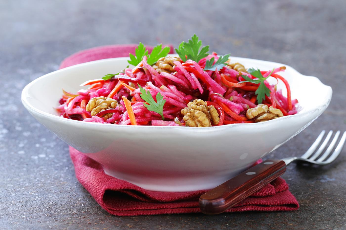 Weiße Schale mit Rote-Rüben-Apfel-Salat.
