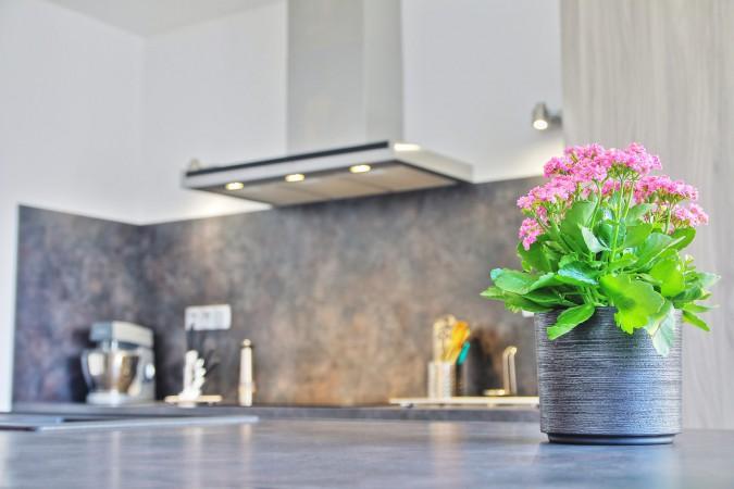 Küche mit grauer Küchenarbeitsplatte.