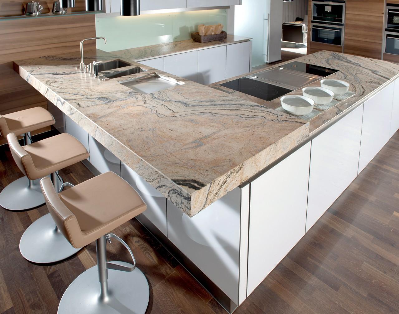 """Küche mit Arbeitsplatte aus dem Naturstein """"Praha Gold"""""""