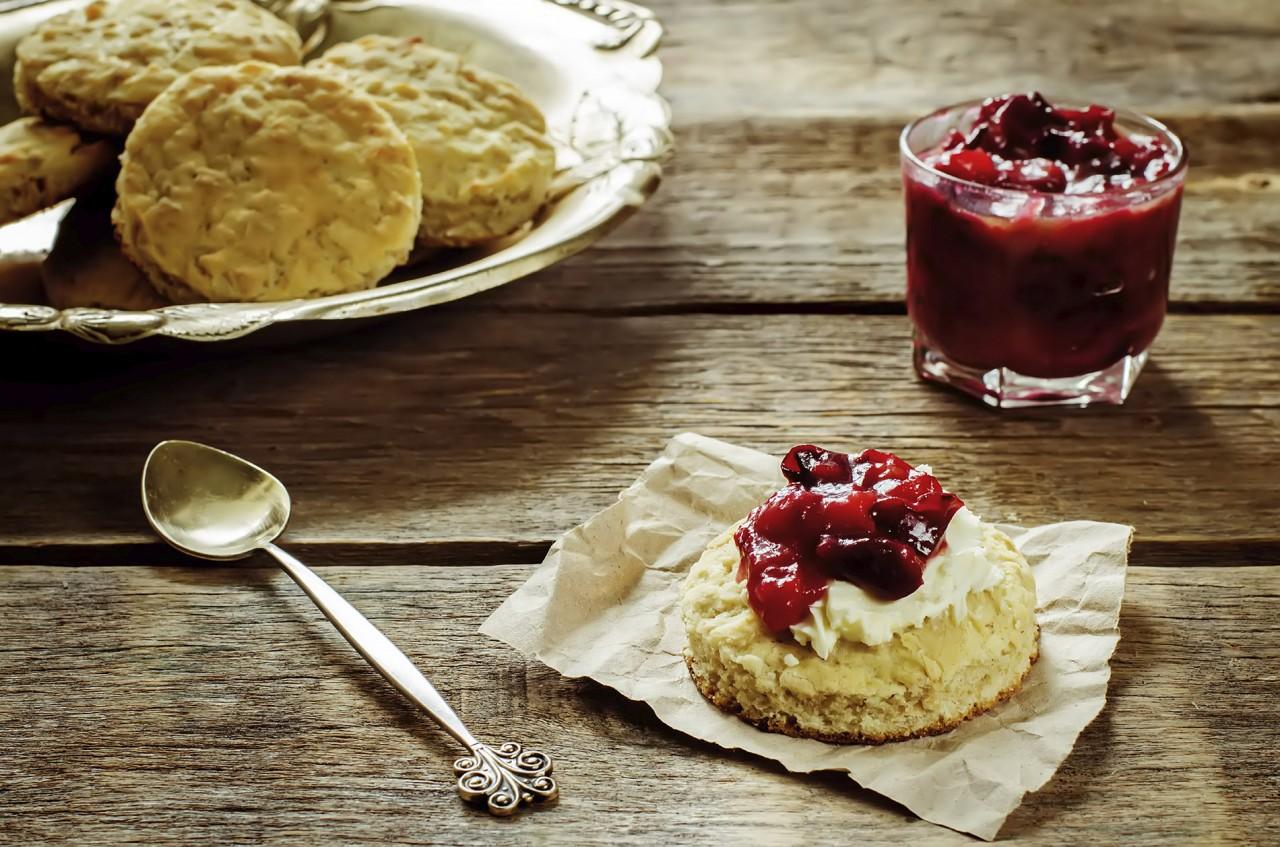 Scones mit Schlagobers und Marmelade