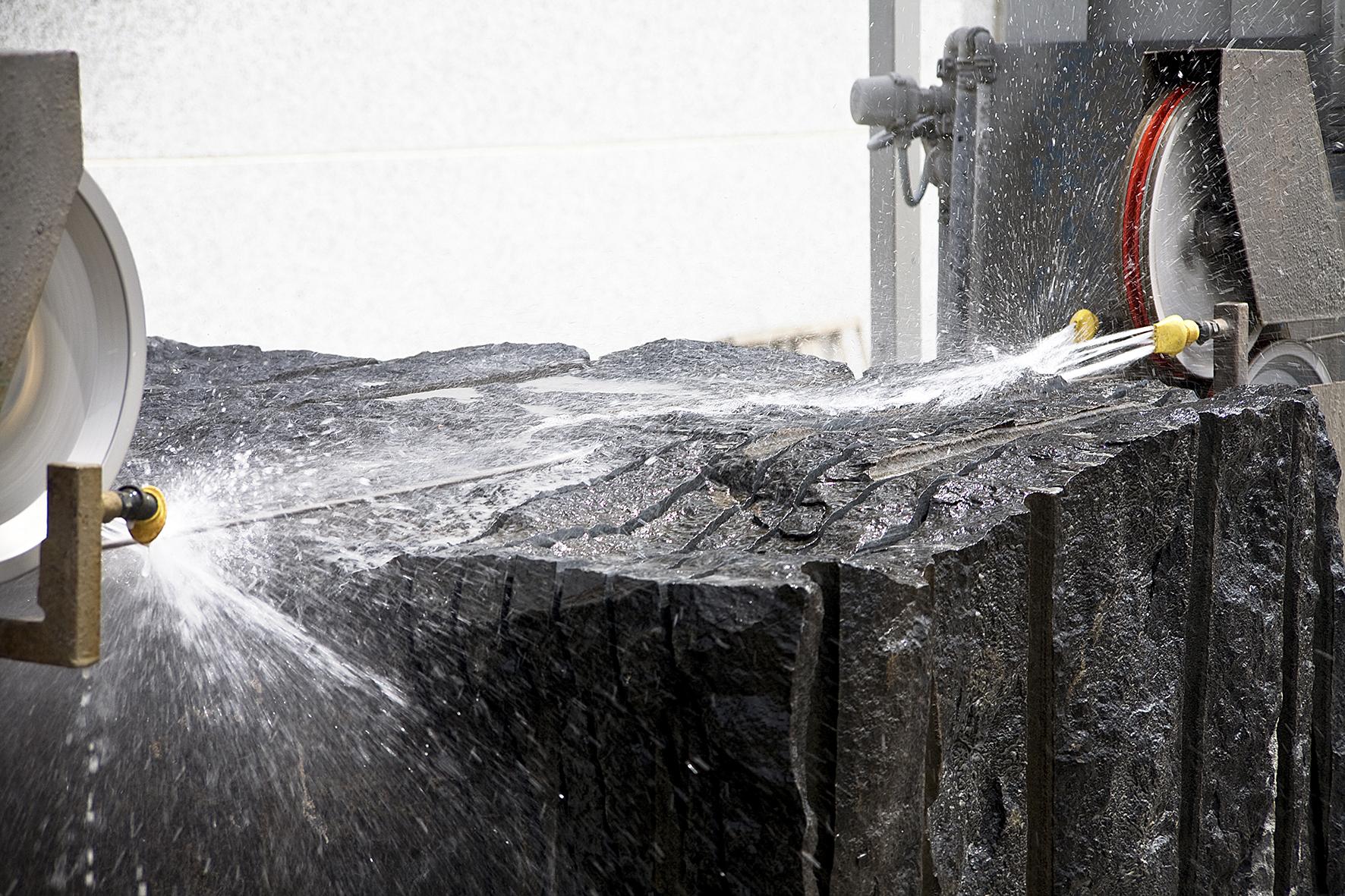 Eine Steinplatte wird mit Wasser bearbeitet und geschnitten