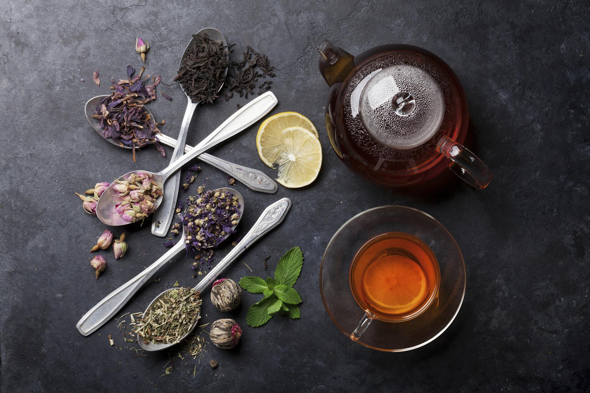 Teesorten auf Löffeln