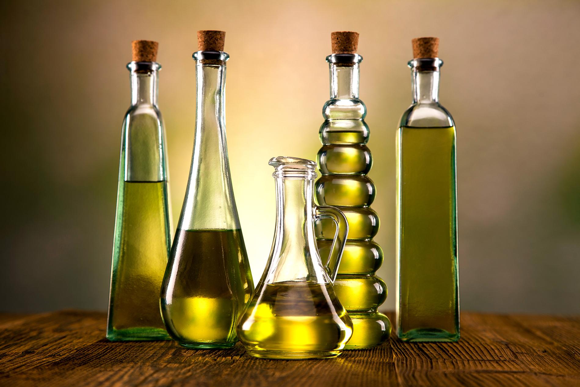 Verschiedene Flaschen mit Öl