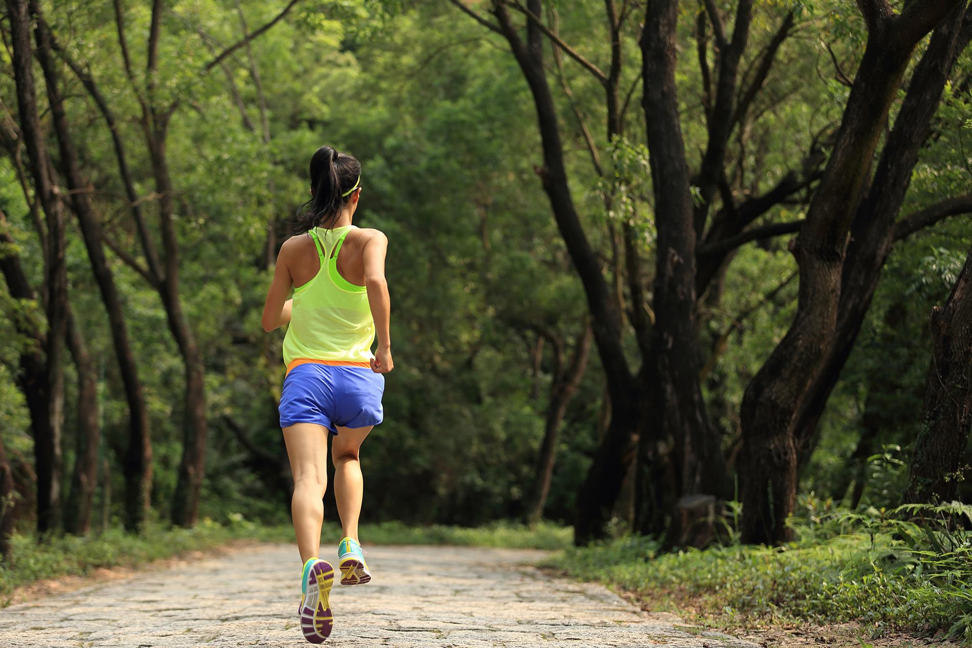 Frau läuft im Wald
