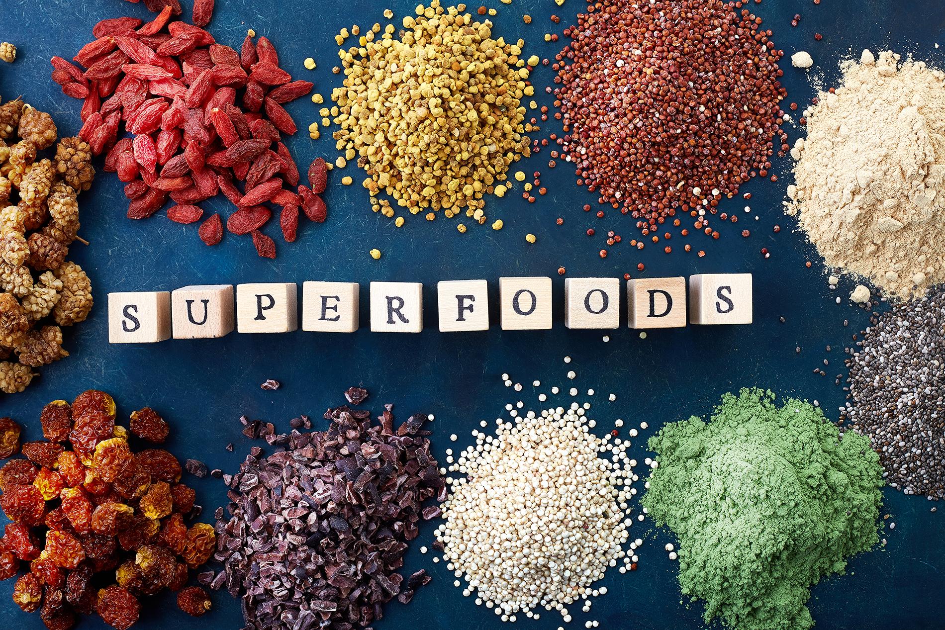 Superfoods auf Küchenarbeitsplatte aus Naturstein