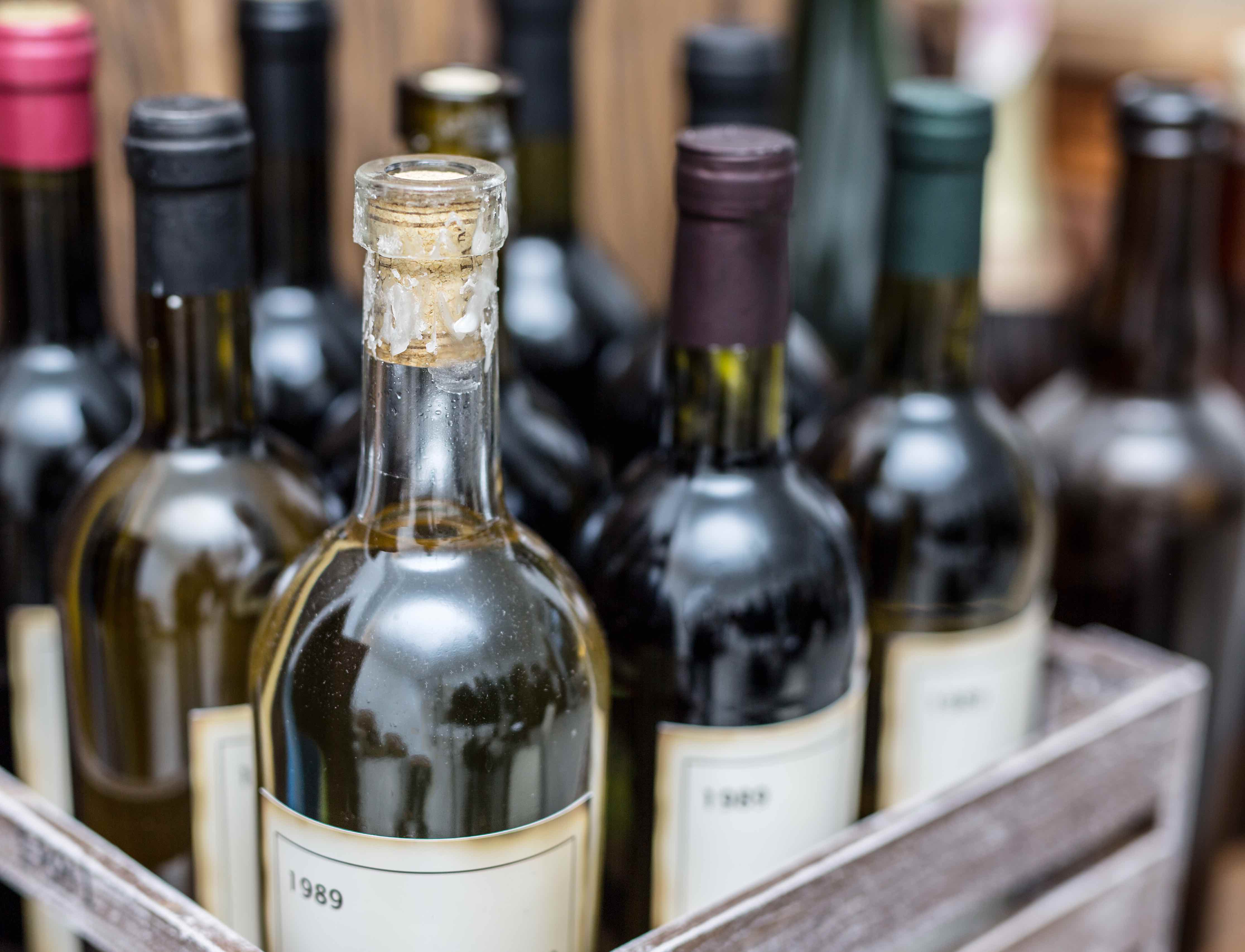 Weinflaschen in einer Holzkiste
