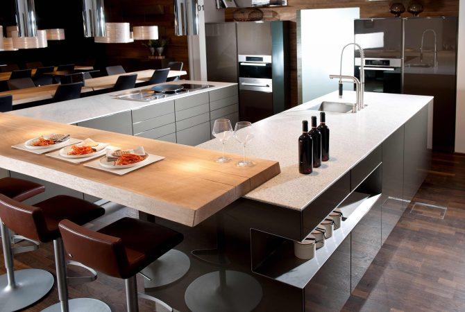 """Küche mit grauen Hochglanz-Küchenfronten und weißer Arbeitsplatte aus dem Naturstein """"Imperial White""""."""