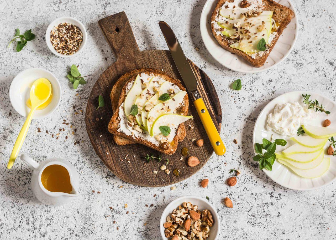Toast mit Ziegenfrischkäse-Walnuss-Aufstrich, dekoriert mit Birne und Nüssen