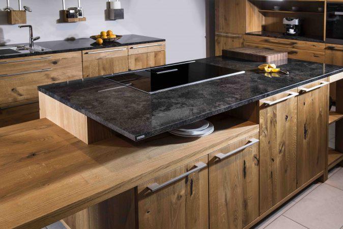 """Holzküche mit Arbeitsplatte aus grau marmoriertem Naturstein """"Manhattan Grey"""""""