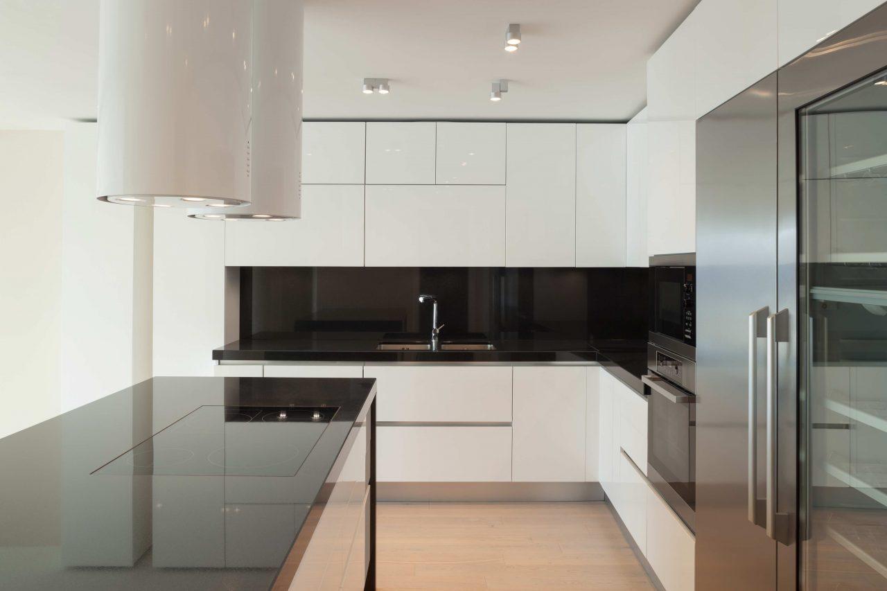 Küche in Weiß mit Kücheninsel und weißem Inselhauben-Dunstabzug