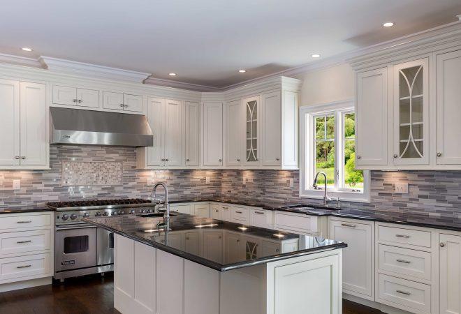 Weiße Landhausküche mit einem Wandhauben-Dunstabzug