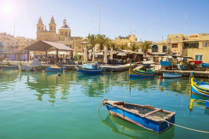 Malta, Bucht mit traditionellen Luzzu Fischerbooten