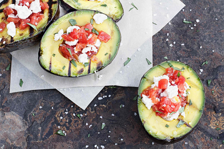 Gegrillte Avocados, gefüllt mit Tomaten und Feta.