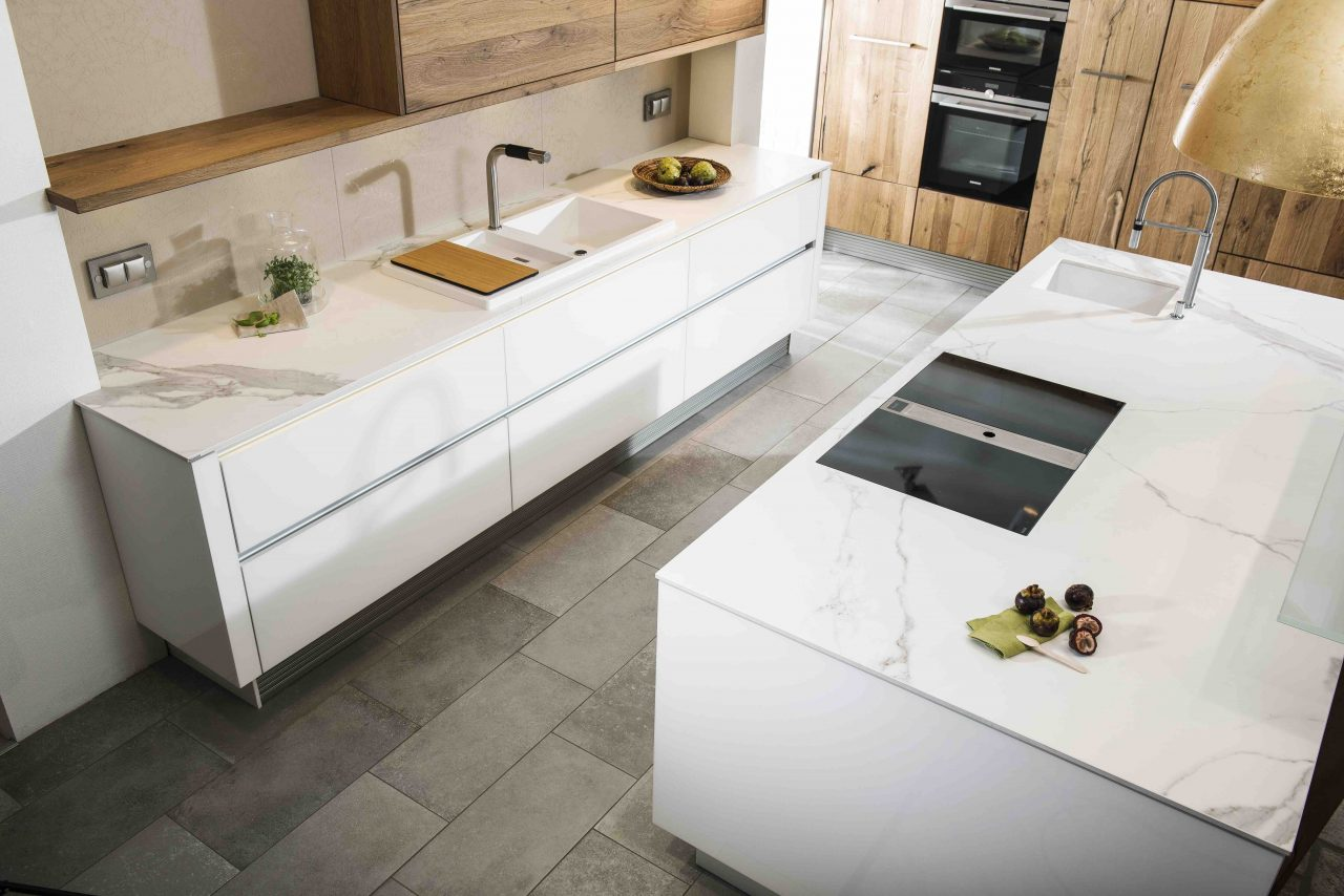 Weiße Küche mit weißer Keramik-Arbeitsplatte.