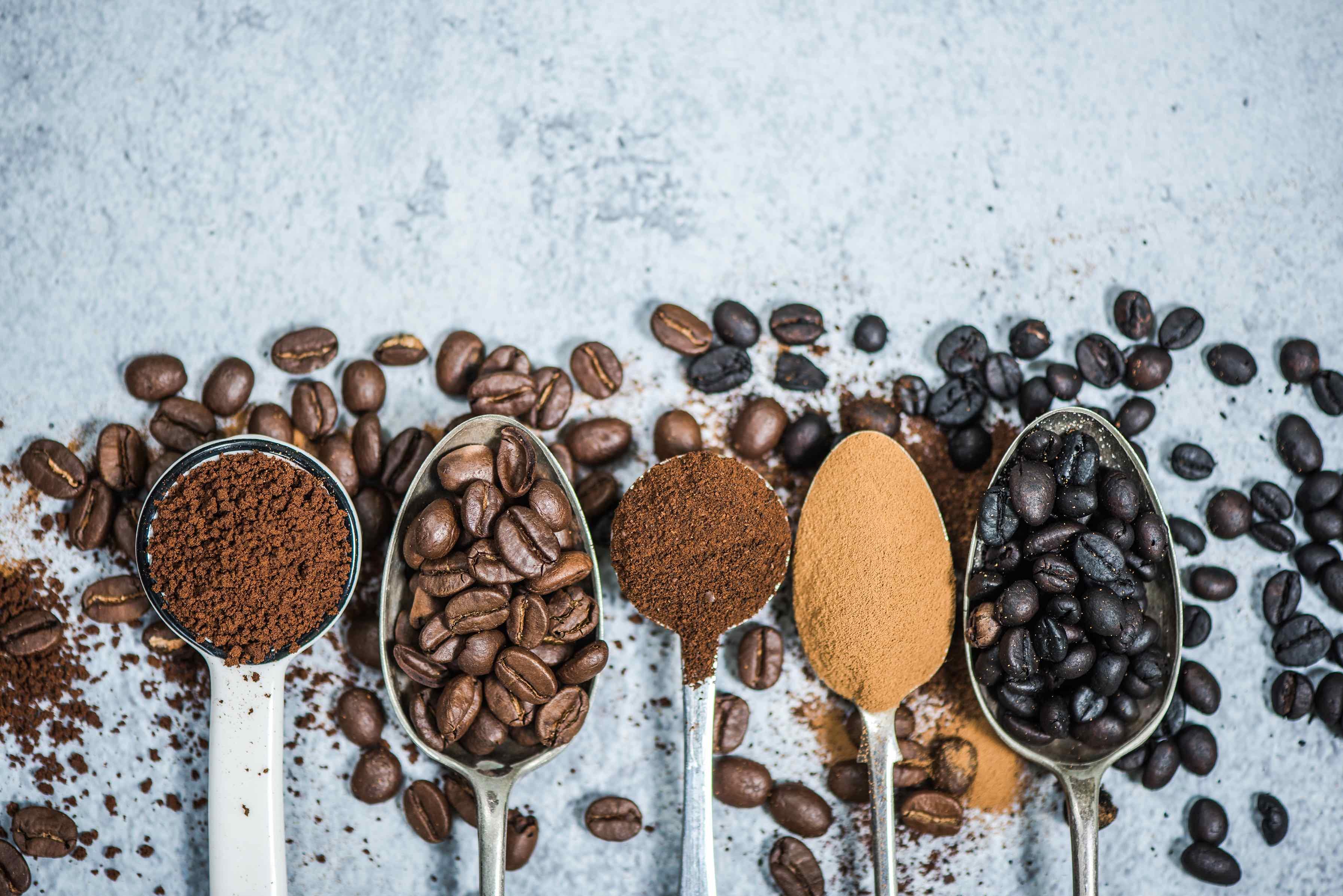 Löffel mit Kaffee und Kaffeebohnen darauf.