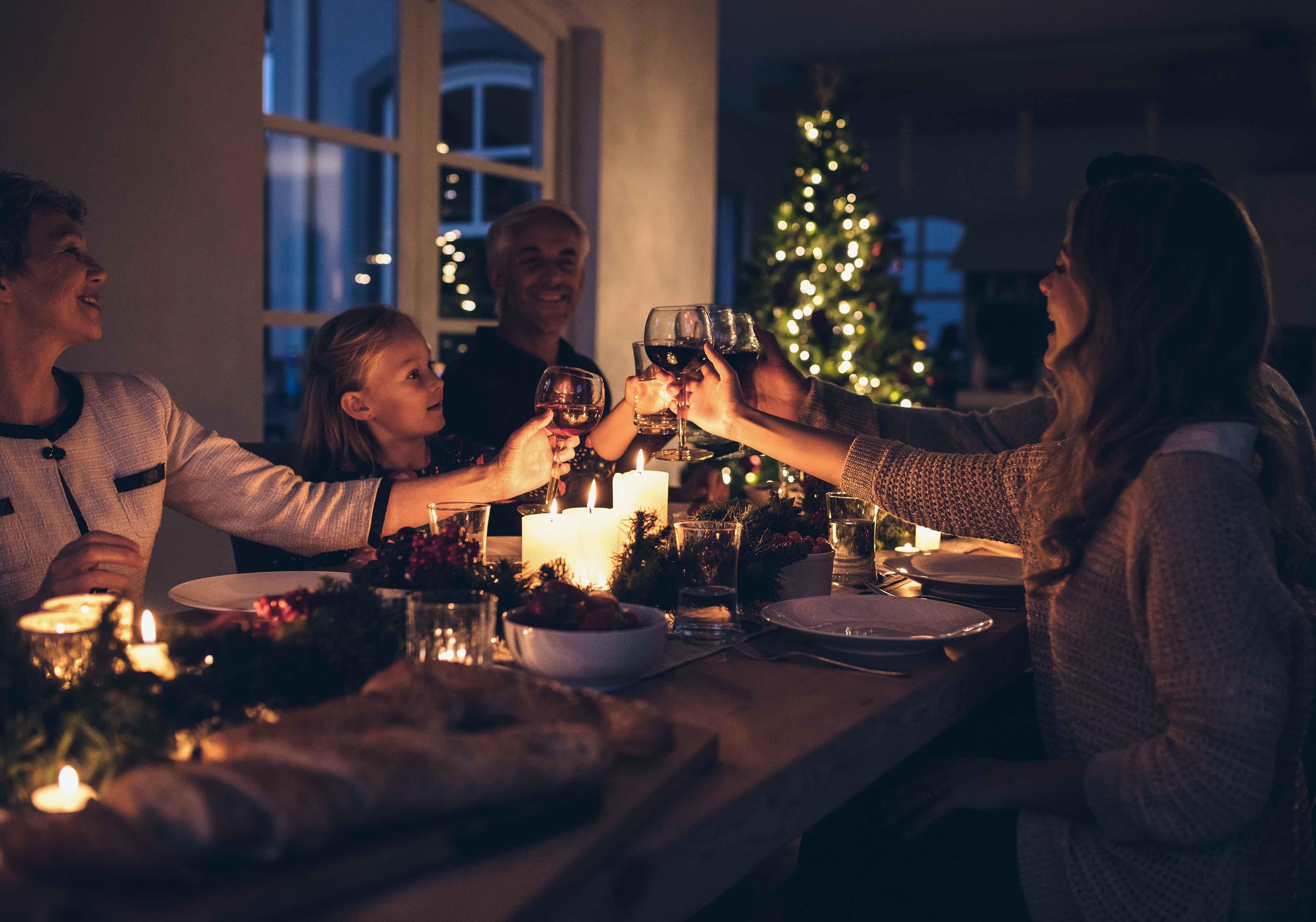 Familie beim Weihnachtsessen