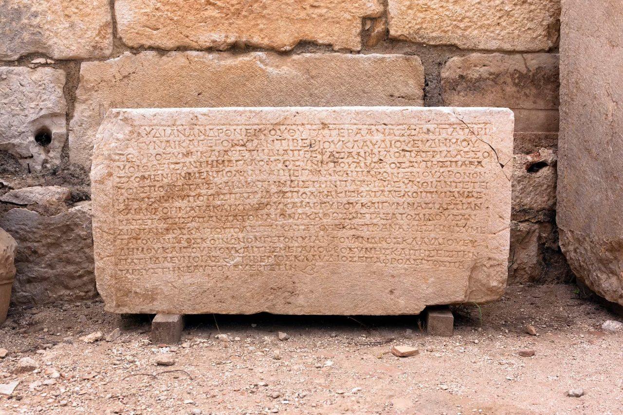 In einen Steinblock gemeißelte Hieroglyphenschrift