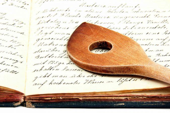 Historisches Kochbuch mit Holz-Kochlöffel