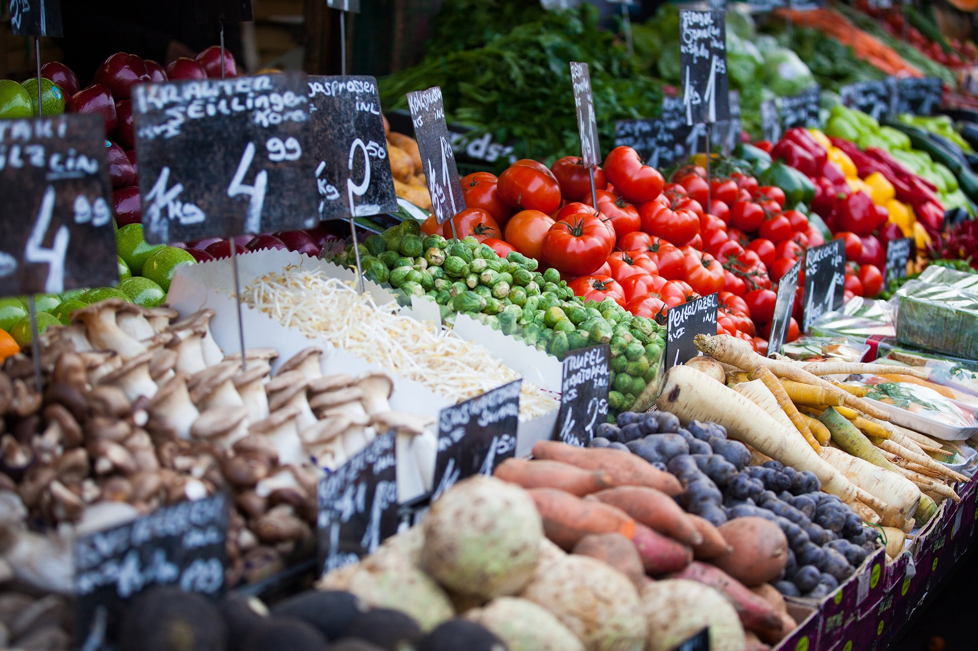 Marktstand mit verschiedenen Gemüsesorten