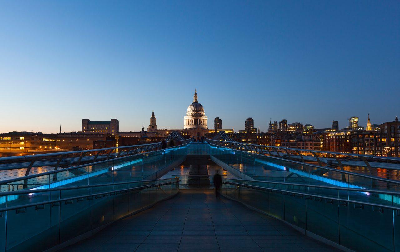 Die Millenium Bridge von Sir Norman Foster in London zur blauen Stunde.