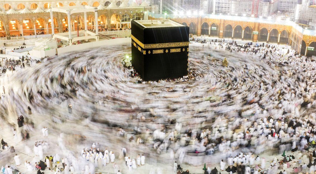 Kaaba in Mekka mit rund herum laufenden Muslimen.