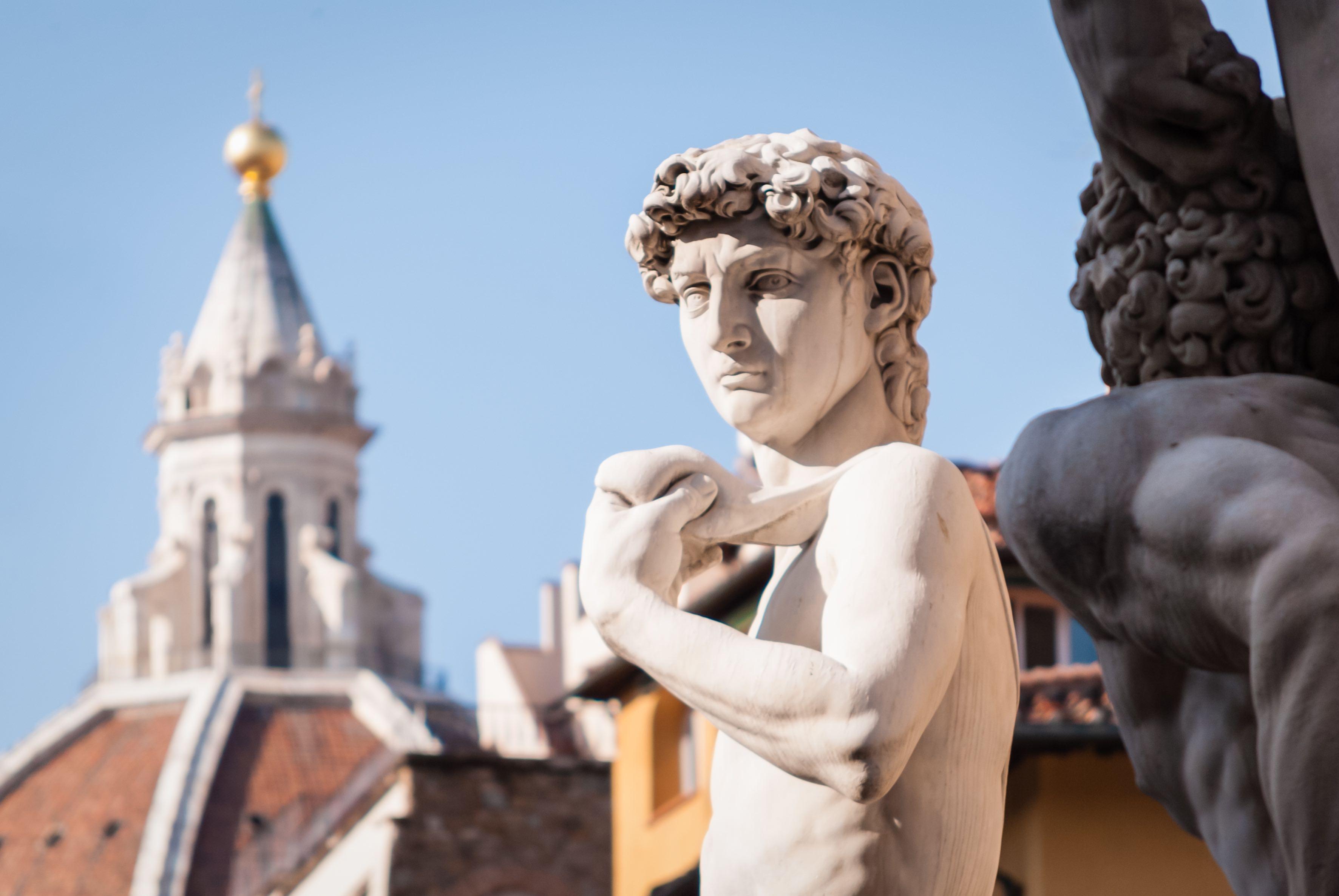 Kopie von Michelangelos David mit den den Dächern von Florenz im Hintergrund.