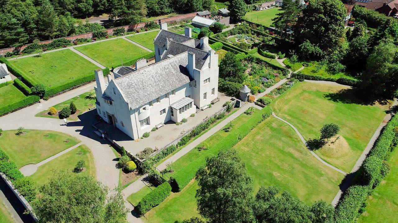Hill House mit grüner Gartenanlage aus der Vogelperspektive.