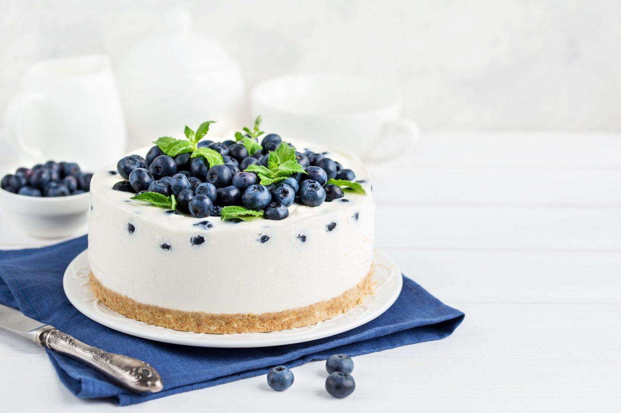Joghurt-Eistorte mit frischen Blaubeeren und Minze .