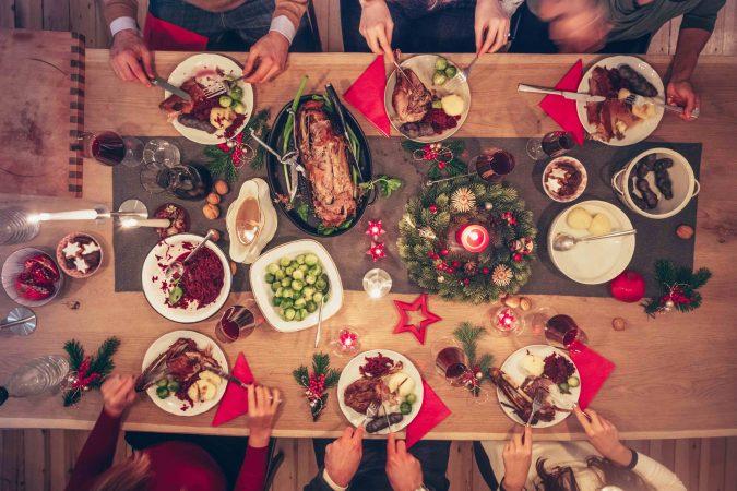 Weihnachtlich gedeckter Tisch von oben.