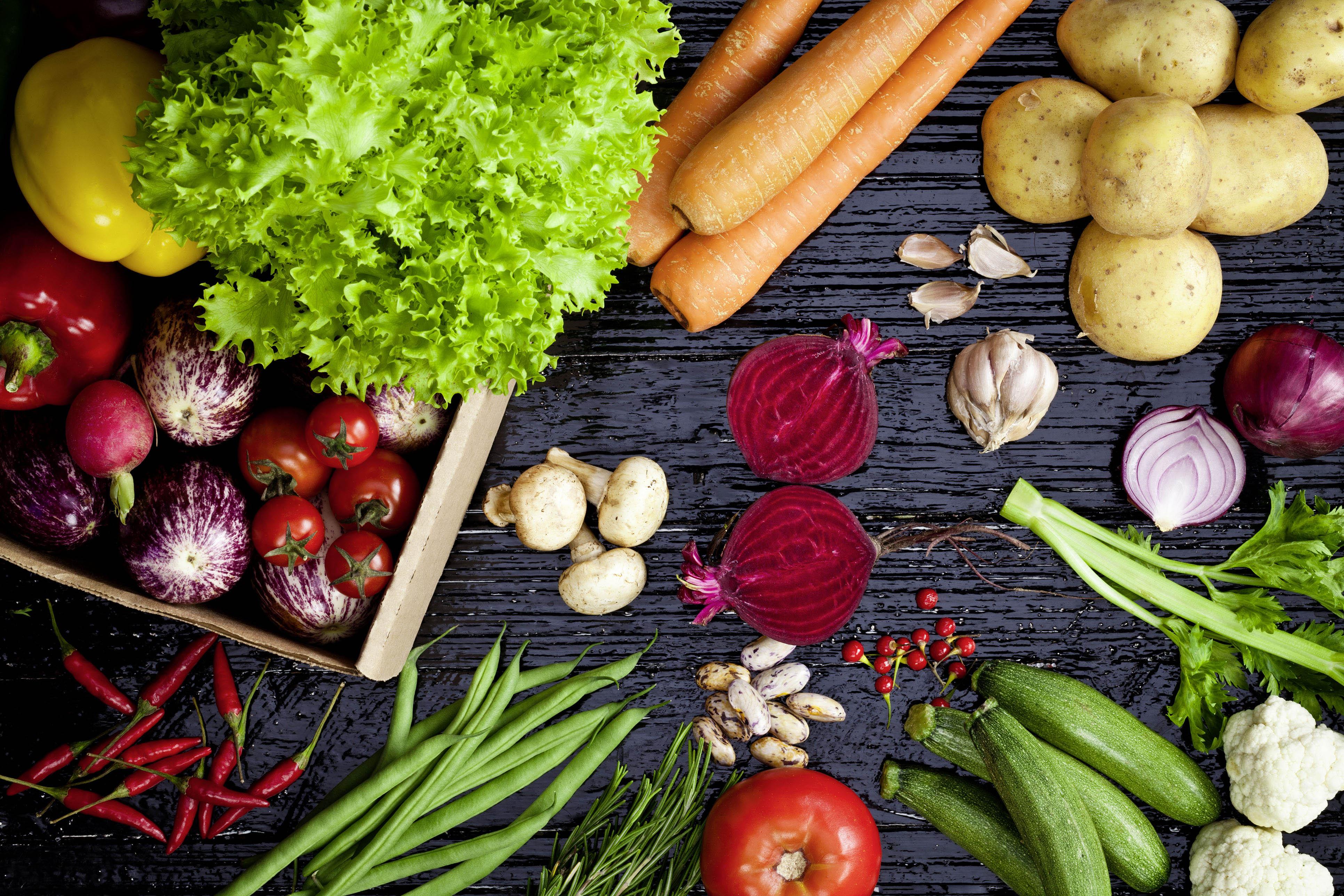 Viel frisches Obst und frisches Gemüse aus der Vogelperspektive
