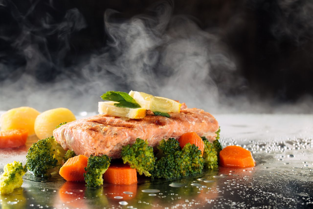 Frisch dampfgegarter Lachs mit Gemüse.