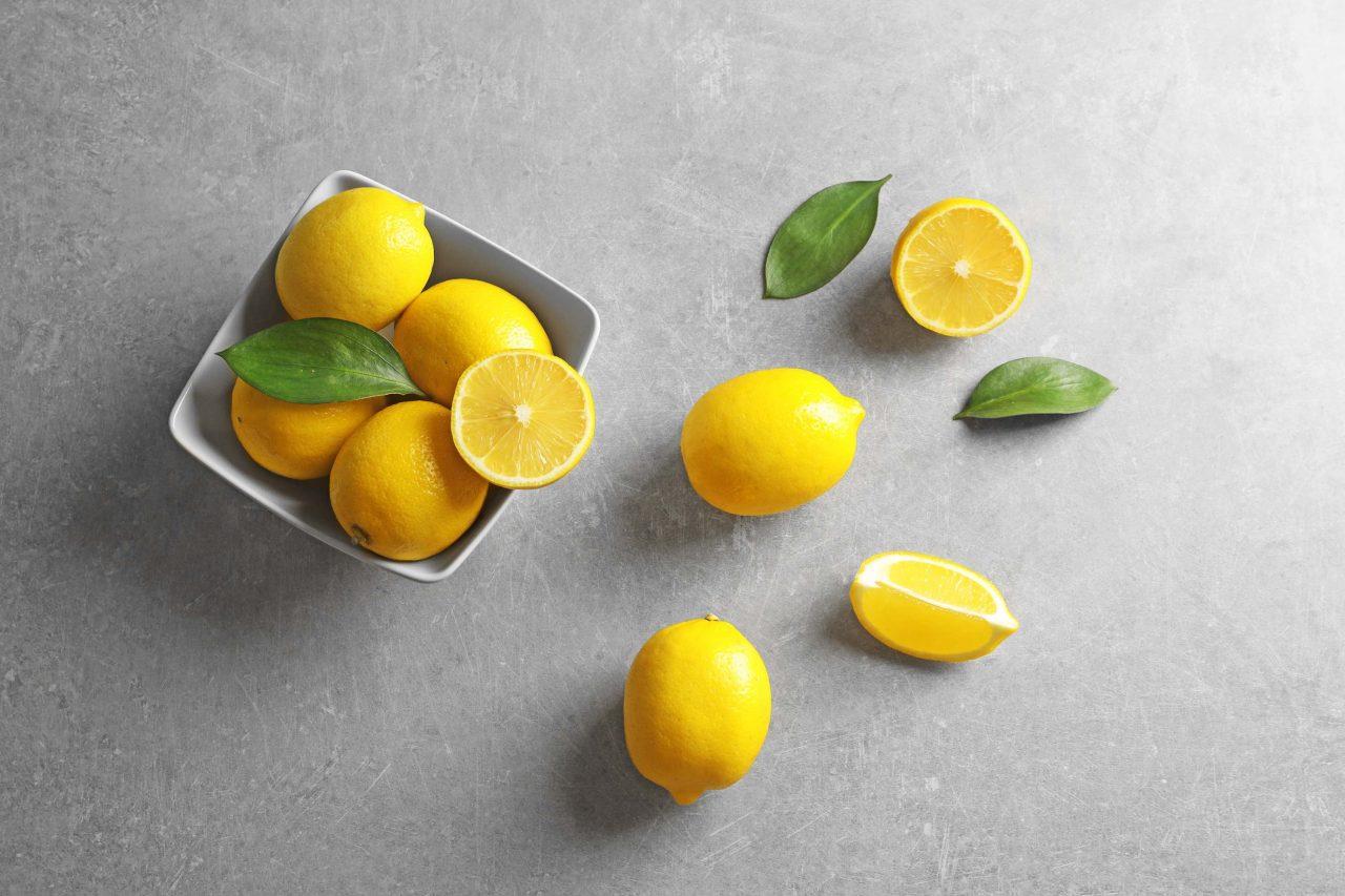 Weiße Schüssel mit Zitronen.