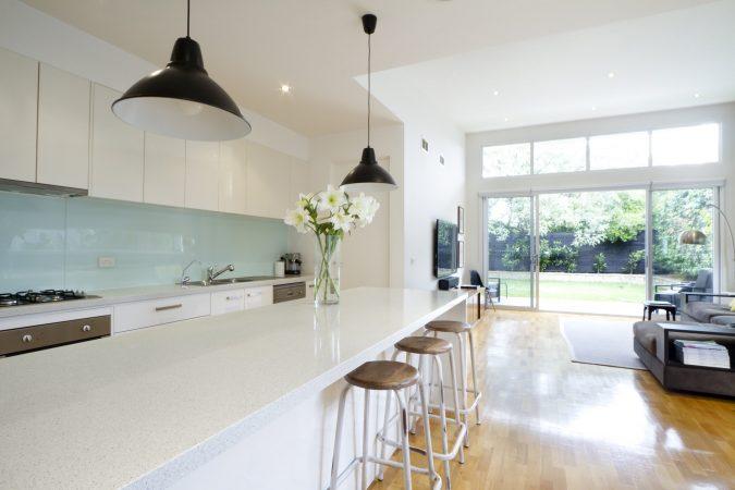 Helle Küche mit Küchenrückwand in Mintgrün.