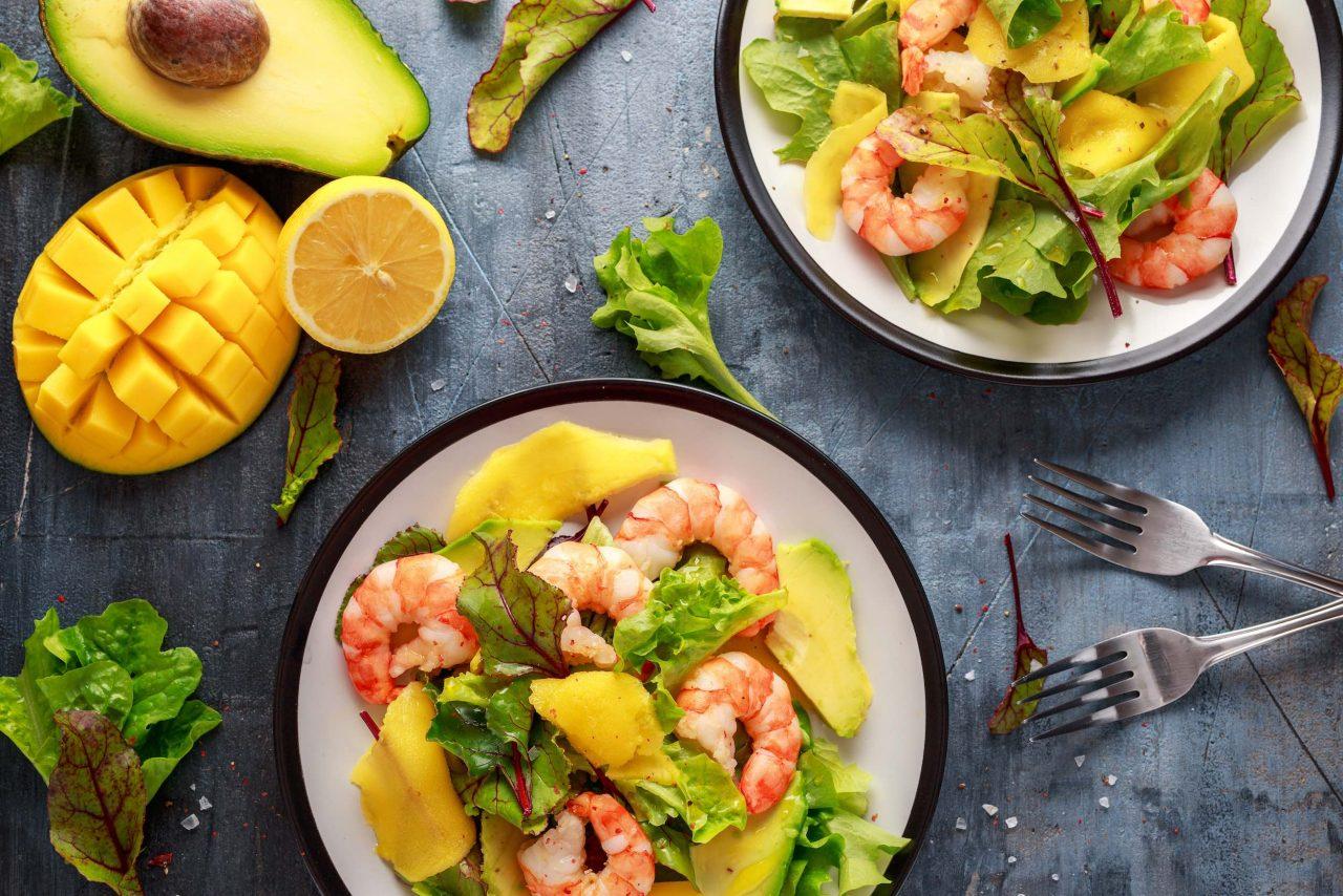 Salat mit Garnelen, Avocado und Mango,.