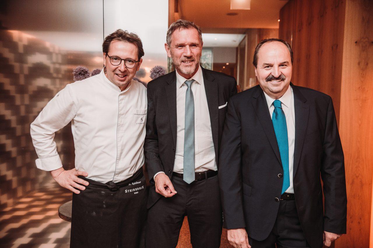 STRASSER Steine Geschäftsführer Johannes Artmayr (Mitte) mit den Köchen Heinz Reitbauer und Johann Lafer.