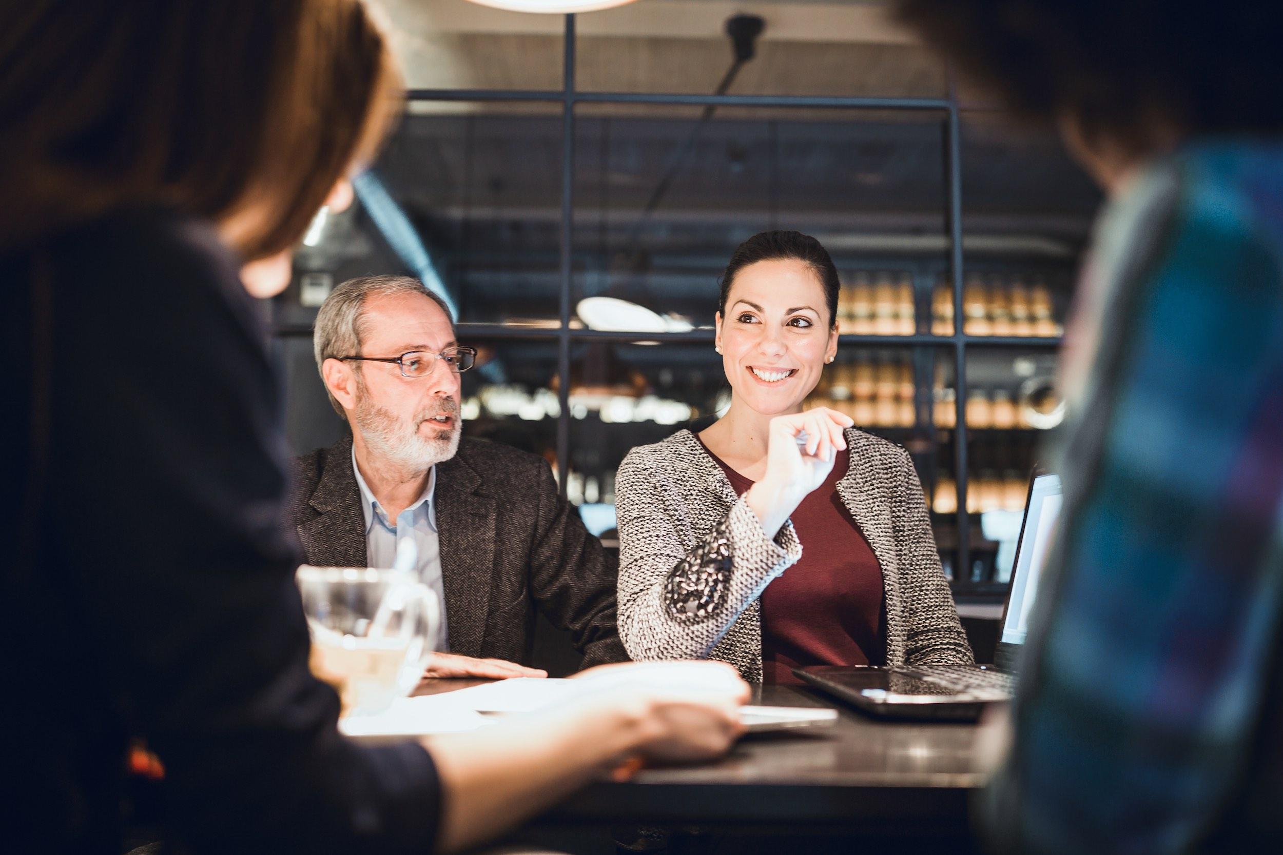 Business-Small-Talk am Tisch.