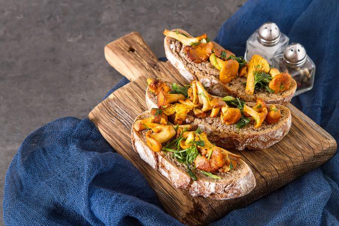Frisches italienisches Brot mit Pilzen