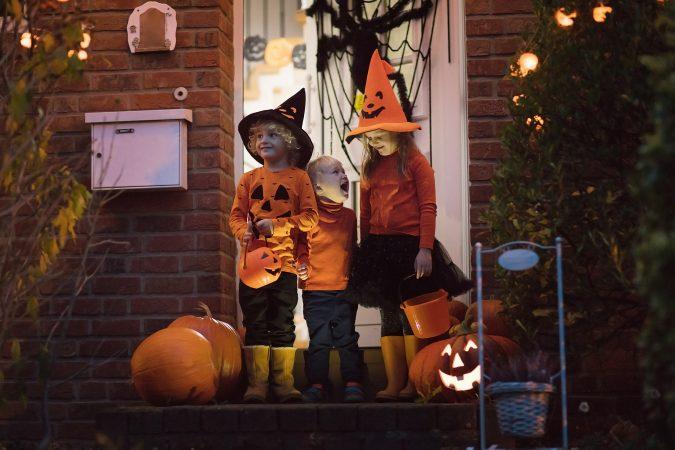 Kinder spielen Trick or Treat an Halloween