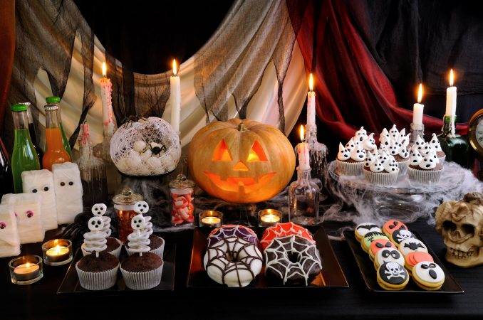 Dekorative Halloween Produkte auf einem Tisch