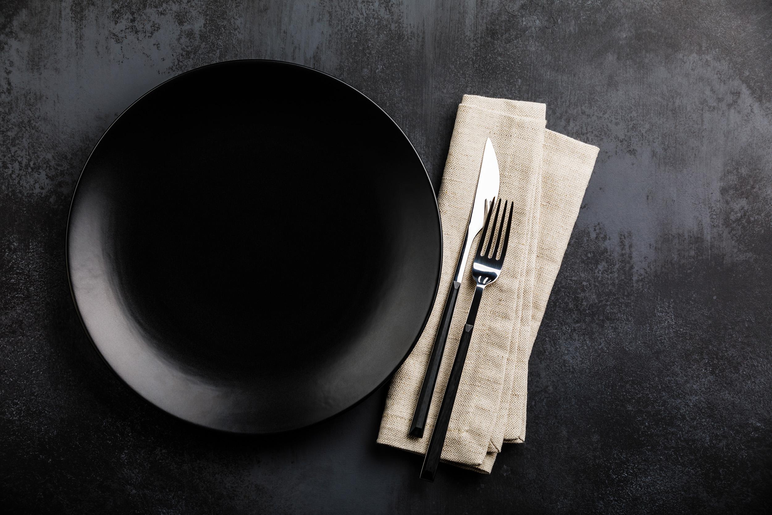 Edles Tischset mit schwarzem Teller und Leinenserviette