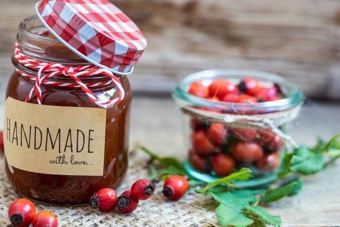 Selbst eingekochte Marmelade mit Hagebutten