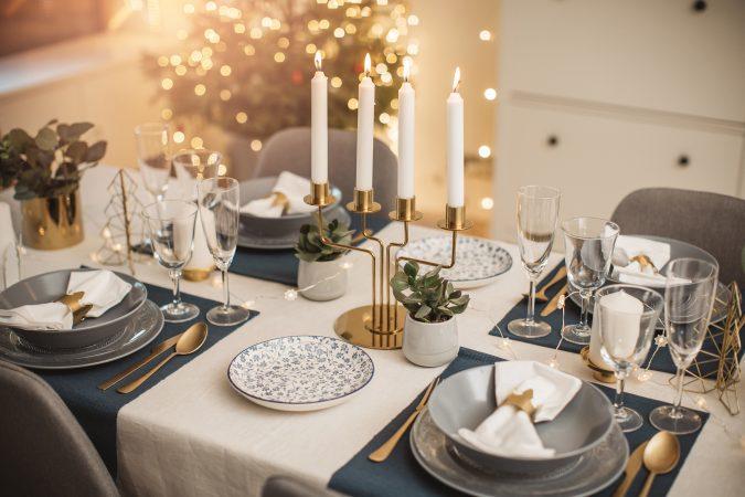 festlich gedeckter Tisch an Heiligabend