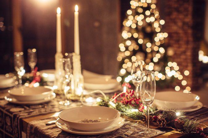 Schön gedeckte Tafel an Weihnachten und im Advent