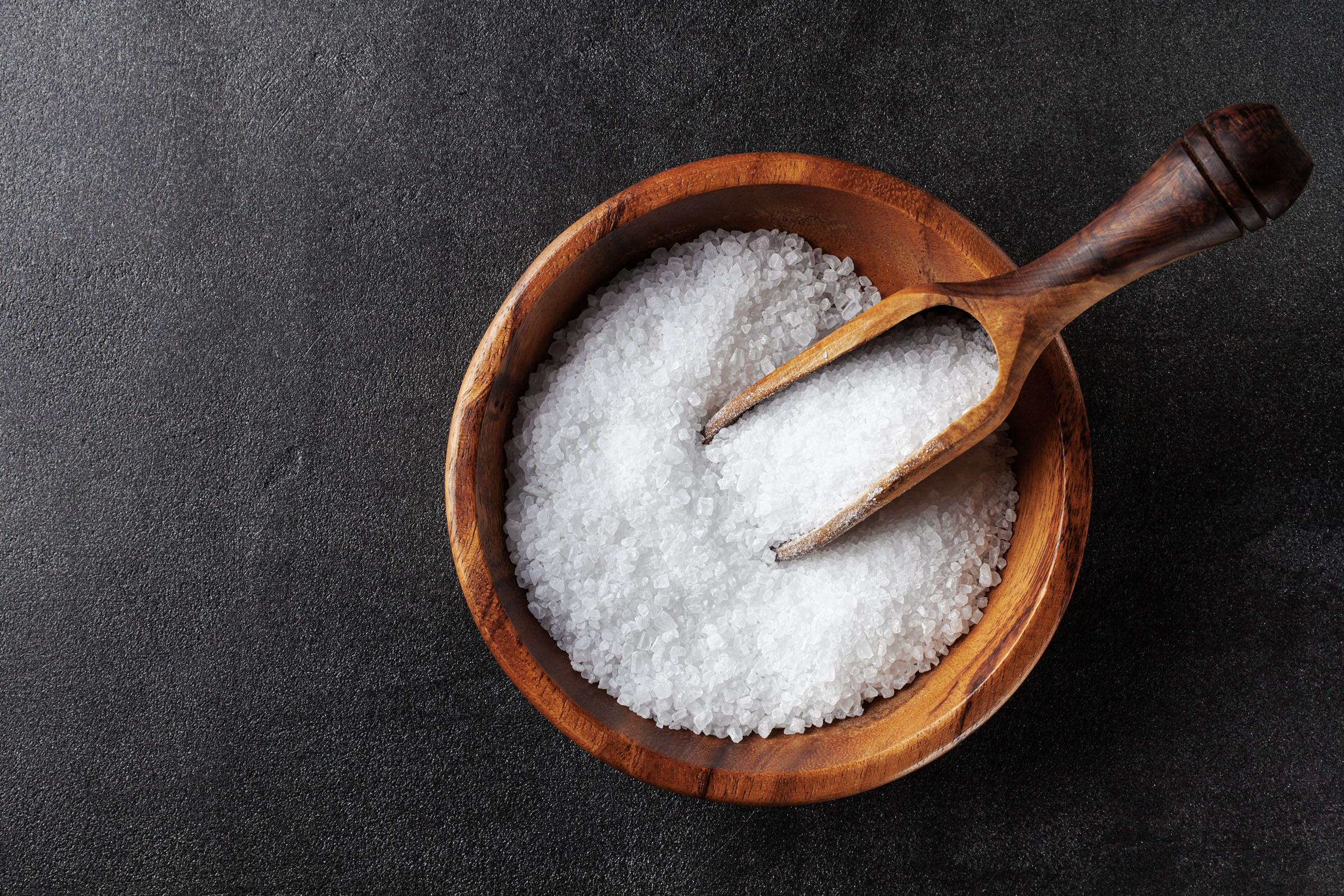 Salzschüssel auf schwarzem Stein